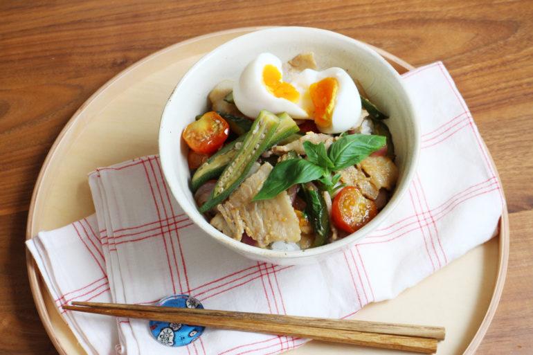 バジルと夏野菜たっぷり、エスニック豚丼